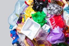 Un globo della terra con rifiuti sopra fondo bianco, il concetto del problema di ecologia fotografia stock