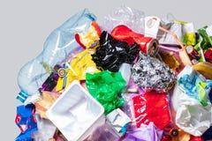 Un globo della terra con rifiuti sopra fondo bianco, il concetto del problema di ecologia immagine stock