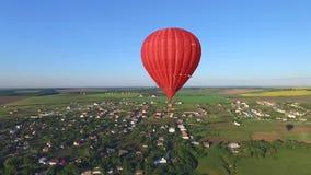 Un globo está volando sobre la tierra almacen de video