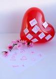Un globo rojo con una declaración del amor Fotos de archivo