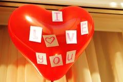 Un globo rojo con una declaración del amor Imagenes de archivo