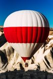 Un globo solo en el cielo sobre las monta?as Globos en el cielo sobre Cappadocia en la salida del sol Mudanza colorida del globo  fotografía de archivo