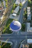 Un globo vuela sobre el cruce de la ciudad Imagen de archivo