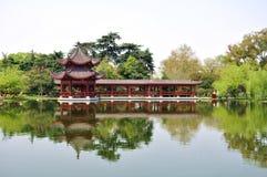 Un gloriette builted en el lago y la reflexión invertida en agua Fotos de archivo libres de regalías
