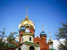 Un Golden Dome avec une croix entourée avant le printemps fleurit images libres de droits
