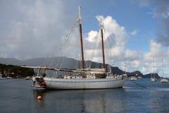 Un goleta viejo de la isla bajo reparación en la temporada baja Foto de archivo