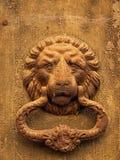 Un golpeador de puerta sustancial del arrabio en la puerta de un BU averiado imagenes de archivo