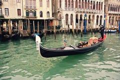 Un gondolier orientant une gondole sur un des nombreux canaux à Venise Photos libres de droits
