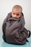 Un gosse à l'intérieur d'un sac Image libre de droits