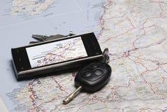 Un GPS et les clés de véhicule sur une carte. Images stock