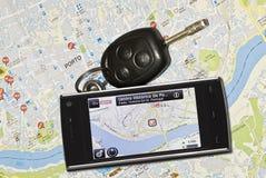 Un GPS mobile et les clés de véhicule. Photos libres de droits
