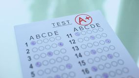 Un grado más en el papel de prueba, resultado académico de la evaluación, exámenes acertados de la entrada almacen de metraje de vídeo