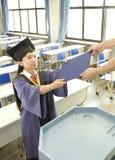 Un graduado y un certificado de la falta Fotografía de archivo libre de regalías
