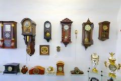 Un gran número de mecanismo antiguo de la pared con los diversos diales y casos Imagenes de archivo