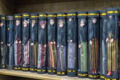 Un gran número de muñecas vestidas en la ropa árabe nacional de mujeres - el hijab está en los estantes en una tienda del borde d foto de archivo libre de regalías