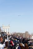 Un gran número de personas vinieron a la 'promenade' central ver el th Imágenes de archivo libres de regalías