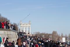 Un gran número de personas vinieron a la 'promenade' central ver el th Imagen de archivo libre de regalías