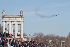 Un gran número de personas vinieron a la 'promenade' central ver el th Fotografía de archivo libre de regalías