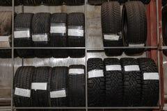 Un gran n?mero de ruedas de coche con los neum?ticos almacenados verticalmente en los estantes para el almacenamiento durante un  imagen de archivo