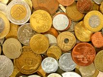 Un gran numero di monete dei vecchi soldi dei paesi differenti sul fondo del dollaro fotografia stock libera da diritti
