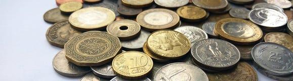 Un gran numero di monete dei vecchi soldi dei paesi e del fondo differenti di periodi fotografie stock libere da diritti