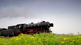 Un gran tren de trabajo viejo del vapor almacen de metraje de vídeo