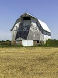 Un granaio bianco in un campo fotografie stock libere da diritti