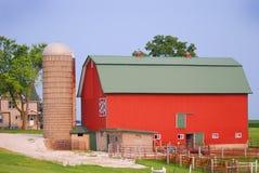 Un granaio rosso luminoso della trapunta con un silo in Wisconsin rurale Fotografie Stock
