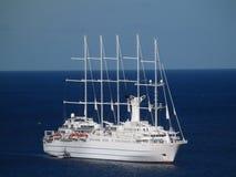 Un grand bateau de navigation ancrant dans la baie d'amirauté Photo libre de droits