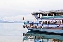 Un grand bateau en bois dans le lac Toba Images stock