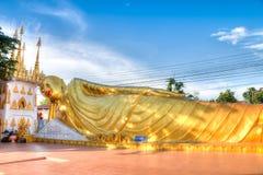 Un grand Bouddha d'or étendu en Wat Luang image libre de droits