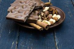 Un grand choix d'écrous, d'épices parfumées et de chocolat au lait d'un plat photos libres de droits
