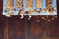 Un grand choix de barres de granola faites maison, avec des écrous, des raisins secs ont séché les cerises et le chocolat image libre de droits