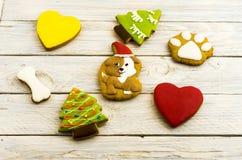 Un grand choix de biscuits doux de pain d'épice sur un fond blanc Photographie stock libre de droits