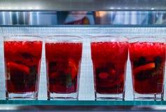 Un grand choix de boissons froides dans de petites bouteilles avec des morceaux de fruit dans une barre photos libres de droits