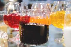 Un grand choix de confiture dans les plats en verre pour la dégustation images stock