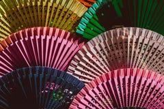 Un grand choix de diff?rentes fans espagnoles de main sur l'affichage ? vendre, Sevilla Seville, Andalousie, Espagne photographie stock