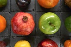 Un grand choix de fruits colorés sur un fond noir Grand plan rapproché photo libre de droits