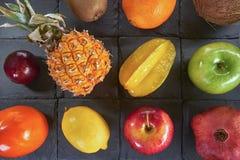 Un grand choix de fruits colorés sur les places noires faites en pierre de schiste photos stock