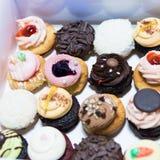 Un grand choix de petits gâteaux délicieux dans la boîte Photographie stock libre de droits