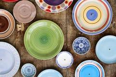 Un grand choix de plats et de cuvettes de couleur Images stock