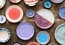 Un grand choix de plats et de cuvettes de couleur Photo stock
