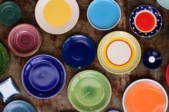 Un grand choix de plats et de cuvettes de couleur Image stock