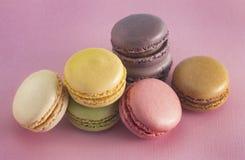 Un grand choix de saveurs françaises de Macarons images stock