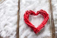 Un grand coeur rouge sur le fond des conseils en bois, jour du ` s de Valentine, les vacances de l'amour Photo stock