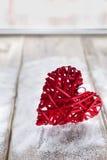 Un grand coeur rouge sur le fond des conseils en bois, jour du ` s de Valentine, les vacances de l'amour Photos stock