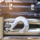 Un grand crochet accroche la voiture au dos du camion pick-up images libres de droits