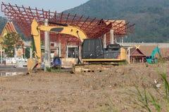 Un grand déplacement de terres d'excavatrice travaille au chantier de construction dans Phuke photo stock