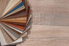 Un grand ensemble d'échantillons de placage en bois images stock