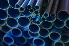 Un grand et petit drain bleu du côté dans beaucoup de magasins de matériaux Le fond bleu de conduite d'eau de PVC photo stock